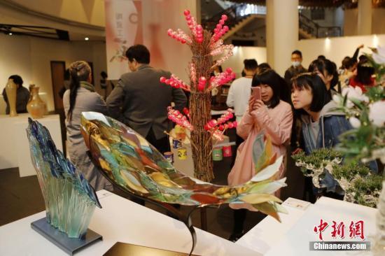 """2月2日,""""台湾工艺之巅""""展览在台北当代工艺设计分馆开幕,展出62位台湾工艺家的109件作品。作品包括木工艺、陶瓷工艺、金属工艺、竹籐工艺等。中新社记者 陈小愿 摄"""