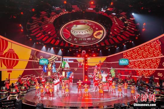 """图为高跷扮演露脸""""四海同春""""2019全球华裔华人新年大联欢录制现场。"""