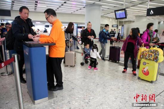 资料图:出入境旅客在香港西九龙站口岸。中新社记者 洪少葵 摄