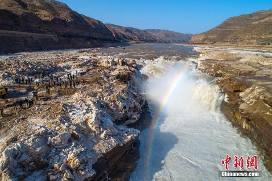 资料图:2019年2月3日,随着近日气温回升,壶口景区两岸冰凌消融,瀑布落差加大,冰瀑彩虹,巨浪滔天,再现往日壮美景观。兰华 摄