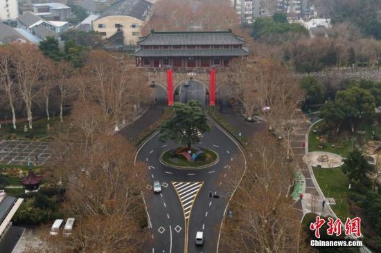 图为航拍挂上春联的南京挹江门。中新社记者 泱波 摄