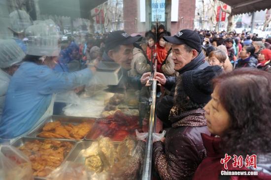 资料图:老字号餐饮店门前人山人海 张亨伟 摄