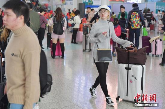 资料图:出行旅客。中新社记者 陈文 摄