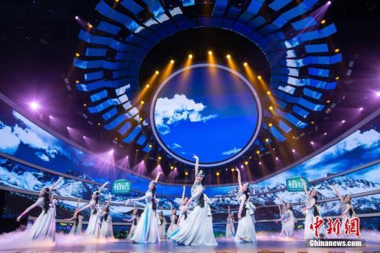 """图为""""四海同春""""2019全球华侨华人春节大联欢录制现场的舞蹈表演。"""