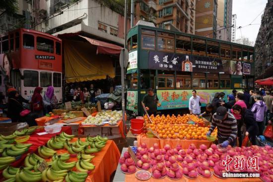 2月3日是农历十二月二十九日,两辆叮叮车同时驶入位于香港北角的春秧街露天街市。这里人头攒动,各种年货琳琅满目,众多市民前来购买年货。<a target='_blank' href='http://www.chinanews.com/'>中新社</a>记者 张炜 摄