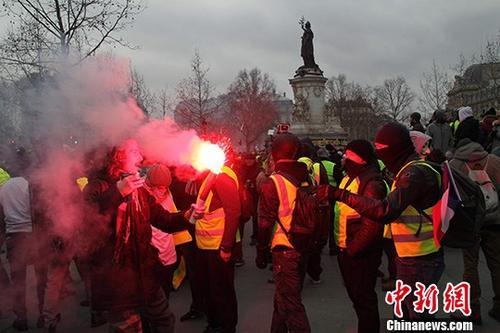 当地时间2月2日,巴黎约有万名示威者继续走上街头抗议,当天抗议的主题是反对警方在示威期间过度使用暴力措施。<a target='_blank' href='http://www.chinanews.com/'>中新社</a>记者 李洋 摄