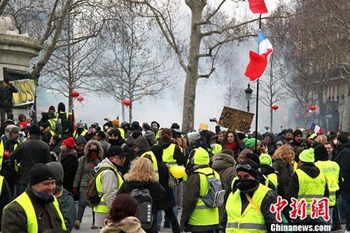 地时间2月2日,巴黎约有万名示威者继续走上街头抗议,当天抗议的主题是反对警方在示威期间过度使用暴力措施。中新社记者 李洋 摄