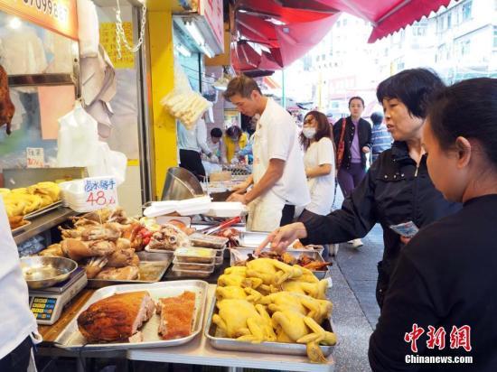 2月4日,农历年除夕,香港市民纷纷一早选购年货,准备欢度除夕夜。中新社记者 洪少葵 摄