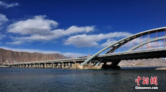 资料图:藏区蓝天 图/江飞波