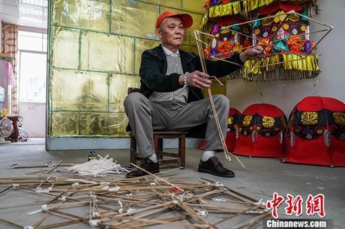 图为2月1日,潘铁明在自己的工作室里制作彩灯。中新社记者 陈冠言 摄