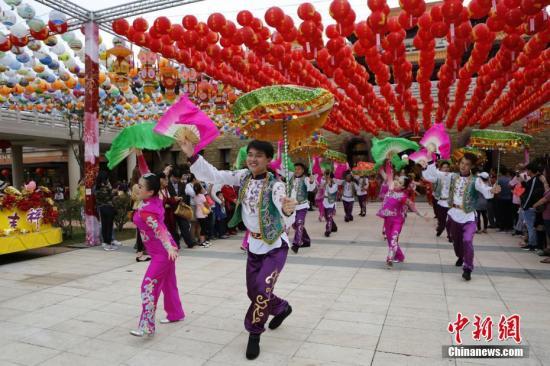 河北井陉拉花是我国传统舞蹈形式之一,已被列为国家非物质文化遗产。资料图为河北井陉县文化馆拉花艺术团在台湾高雄佛光山演出。中新社记者 陈小愿 摄