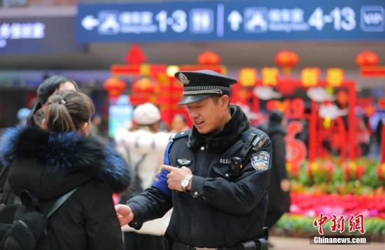 北京西客站值班警长贾宝刚在站内巡逻。中新社记者 杨可佳 摄