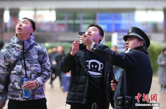 2月6日,北京西客站值班警长贾宝刚在站内巡逻,为旅客解答问题。中国农历正月初二当日,春运探亲流、旅游流等短途客流激增。北京铁路警方持续强化各项安全保卫工作,维护乘车秩序,让旅客出行更加便捷。<a target='_blank' href='http://www.chinanews.com/'>中新社</a>记者 杨可佳 摄