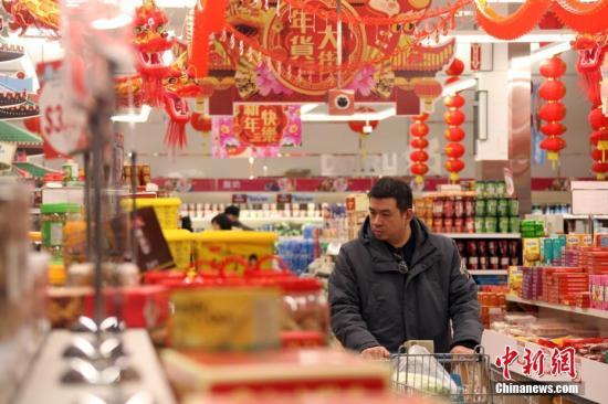 资料图:市民选购年货。a target='_blank' href='http://www.chinanews.com/'中新社/a记者 余瑞冬 摄