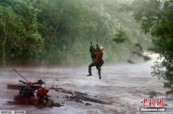 当地时间2019年2月5日,巴西矿坝决堤事故救援小组被困帕洛佩巴河,一名士兵帮助搜救矿坝决堤事故受害者的救援小组。