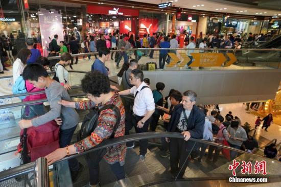 游客购物。中新社记者 张炜 摄