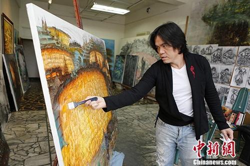 图为梁全威在创作中。中新社记者 陈小愿 摄