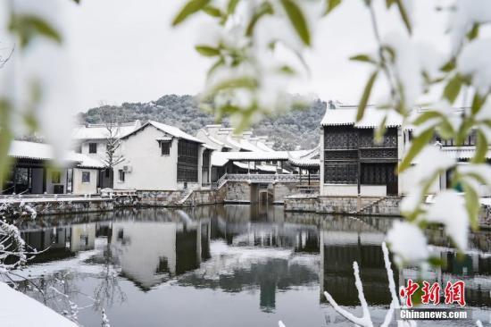 江苏虽有降雪,但游客赏景雅致依然不减。贾军松 摄