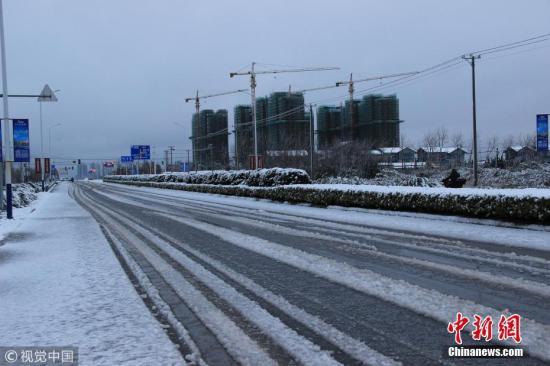 2月8日早上,江苏南通,在启东沿江公路上的积雪。刘畅 摄 图片来源:视觉中国