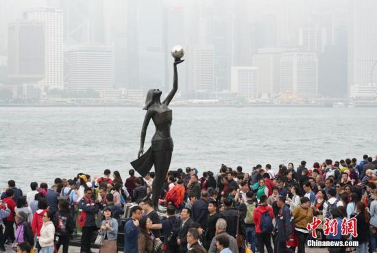 资料图:香港星光大道景点迎来大批旅客。记者 张炜 摄