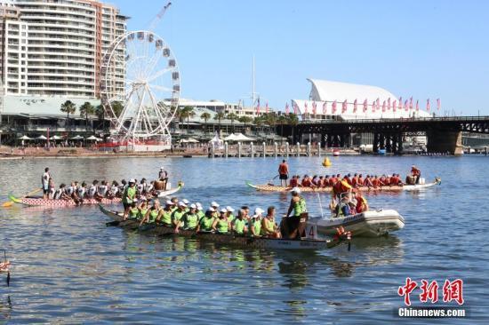 当地时间2月9日,作为悉尼农历节庆典的压轴大戏,3000多人参加的龙舟赛,在悉尼达令港拉开帷幕。来自各大商业、慈善等团体的3000多名龙舟赛手,将在为期两天的100场比赛中一较高下。这也是南半球规模最大的龙舟竞赛,主办方预计将吸引10万观众前往观看。图为龙舟赛现场。 <a target='_blank' href='http://www.chinanews.com/'>中新社</a>记者 陶社兰 摄