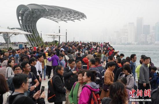 资料图:香港星光大道迎来大批游客。<a target='_blank' href='http://www.chinanews.com/'>中新社</a>记者 张炜 摄