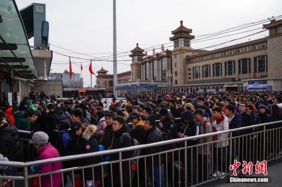 2月10日,春节长假最后一天,北京火车站迎春节假期返京客流高峰。据当地媒体报道,北京三大火车站的当日抵京客流预计将达到58.2万人,其中,北京站为16.5万人、北京西站为24.8万人、北京南站为16.9万人。图为旅客们在北京站前排队进入地铁。中新社记者 崔楠 摄