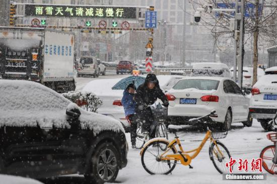 2月10日,河南迎来降雪天气,受降雪影响,南阳、周口、安阳等多地发布道路结冰黄色预警。中新社记者 王中举 摄
