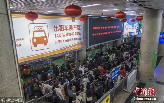 2月10日,北京,铁路及高速公路从2月9日起开始迎来返程高峰。图为北京西站客流量变化。图片来源:视觉中国