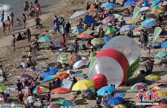 """当地时间2019年2月9日,智利比尼亚德尔马,""""绿色和平""""组织在海滩上放置巨大塑料瓶,警示塑料污染问题。"""