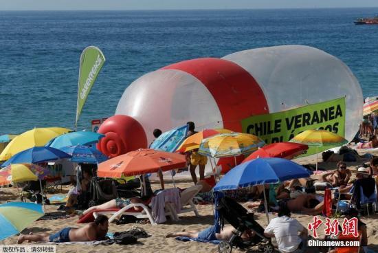 """資料圖:智利比尼亞德爾馬,""""綠色和平""""組織在海灘上放置巨大塑料瓶,警示塑料污染問題。"""