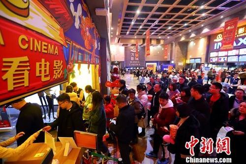 2月10日,山西太原某影院,民众正在检票入场观看电影。<a target='_blank' href='http://www.chinanews.com/'>中新社</a>记者 张云 摄