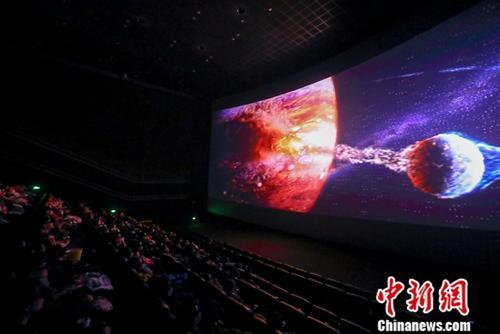 2月10日,山西太原某影院,民众正在影厅观看电影《流浪地球》。中新社记者 张云 摄