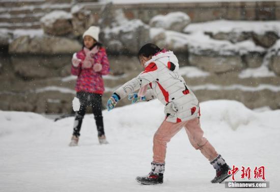 2月12日,儿童在龙潭湖公园戏雪玩耍。当日,北京迎来今冬第二场降雪。记者 赵隽 摄