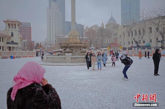 2月12日,市民及游客在雪中的天津意式风情街马可波罗广场拍照游玩。当天,天津迎来2019年首场降雪。<a target='_blank' href='http://www.chinanews.com/'>中新社</a>记者 佟郁 摄