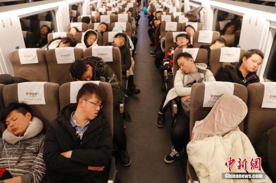 深夜里旅客在列车上睡着觉,赶着路。 殷立勤 摄