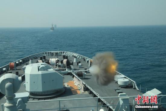 """当地时间2月11日至12日,""""和平―19""""多国海上联演在巴基斯坦卡拉奇附近海域进行海上阶段实兵演练。图为中国海军昆仑山舰主炮对海射击。 <a target='_blank' href='http://www.chinanews.com/'>中新社</a>发 薛成清 摄"""