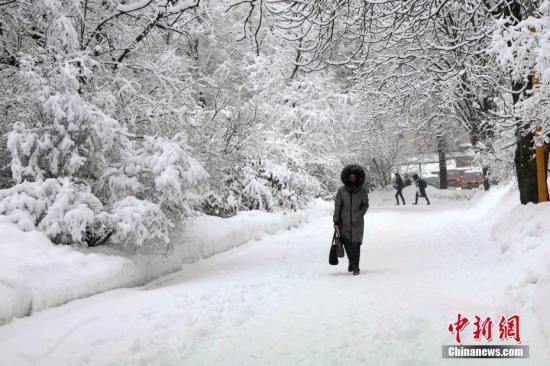 資料圖:一名俄羅斯民眾走過白雪覆蓋的道路。