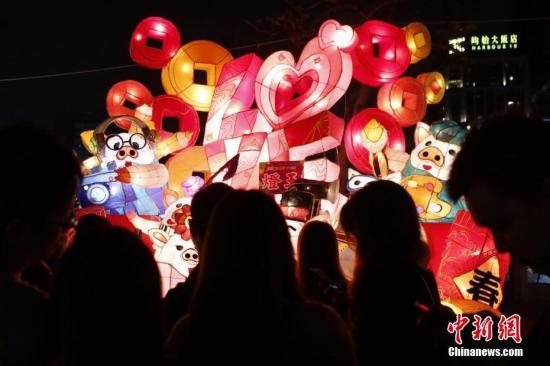 2月14日晚,台湾高雄爱河畔的灯会吸引游人。<a target='_blank' href='http://www.chinanews.com/'>中新社</a>记者 陈小愿 摄