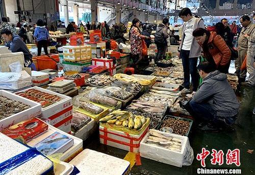 2月15日,中国国家统计局发布数据显示,2019年1月份,中国居民消费价格(CPI)同比上涨1.7%,涨幅比上月回落0.2个百分点,创2018年2月以来新低。资料图为福州市民春节期间在市场购买海鲜年货。中新社记者 王东明 摄