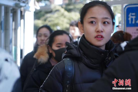 2月16日,北京电影学院艺考拉开序幕。图为考生考试结束后走出校门。中新社记者 张兴龙 摄