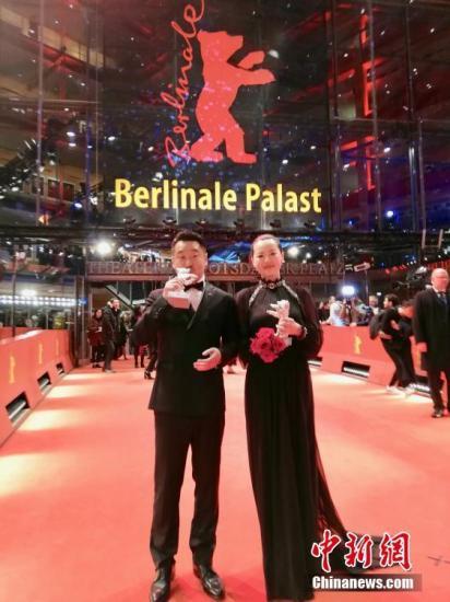 资料图:中国电影《地久天长》主演王景春和咏梅分别获得最佳男演员和最佳女演员,捧回两座银熊奖。中新社发 张嘉音 摄