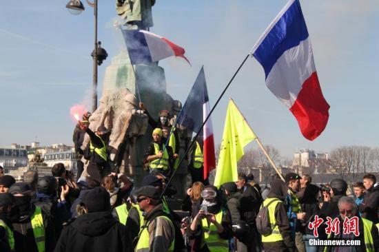 资料图:当地时间2月16日,巴黎遭遇自2018年11月以来的第14轮示威,示威者在巴黎市中心游行抗议。记者 李洋 摄