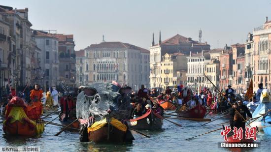当地时间2月17日,意大利威尼斯狂欢节期间举行赛舟会,民众驾驶着独特装饰的船只行驶在运河上。