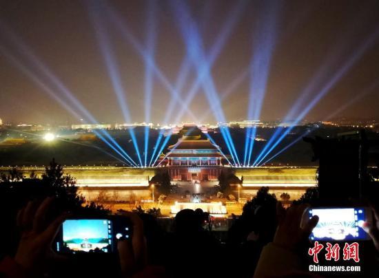 2月18日,元宵节将至,北京市民在景山公园拍摄故宫夜景。<a target='_blank' href='http://sb138gw.nsb848.com/'>中新社</a>记者 杜洋 摄