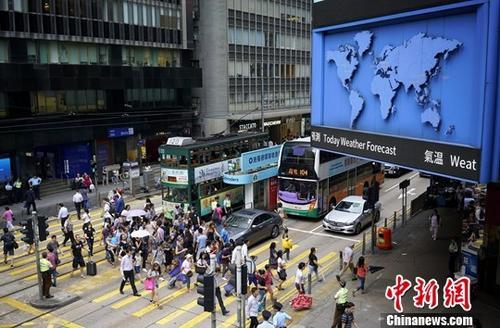 资料图:香港中环街头。/p中新社记者 张炜 摄