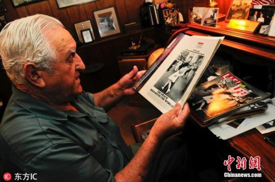 门多萨二战期间在太平洋服役,拍照当天是他的返乡假。他一直对人自称是这张照片中的水兵,但直到最近透过脸部辨识科技才得以证实。 图片来源:东方IC 版权作品 请勿转载