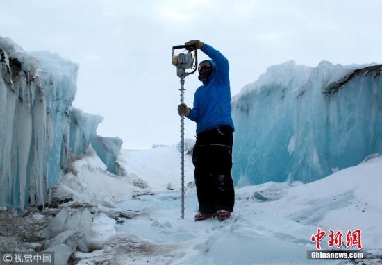 资料图:2019年2月19日消息,在南极洲麦克默多冰架,由剑桥大学科学家领导的英美研究小组测量了南极洲麦克默多冰架在其表层的融水湖充盈和排水过程中的弯曲程度。图片来源:视觉中国