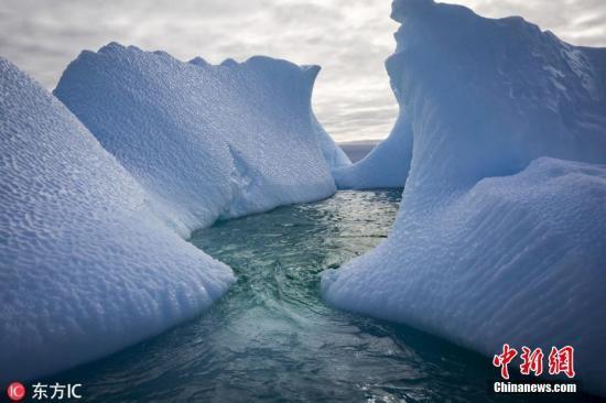 资料图:实地测量数据分析显示,南极表面冰雪融化与南极冰架变弱之间存在联系,而近期南极半岛周围冰架破裂,至少有部分因素是因气候变暖导致的大量表面融水所引发。图片来源:东方IC 版权作品 请勿转载 文字来源:东方头条
