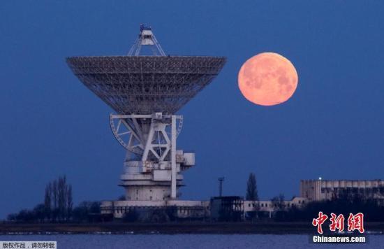 资料图:克里米亚的莫洛奇诺耶村,在RT-70射电望远镜旁的一轮圆月。